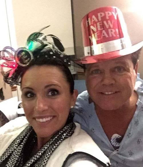 Jerry Lawler celebrando o ano 201. 5 No Hospital - Imaxe por Facebook Lauryn McBride