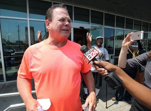 Jerry Lawler Despois de ser liberado da prisión por un incidente coa súa moza Lauryn Laine McBride (06/17/2016) / ComeraPapeal.com